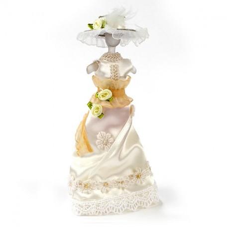 Бежевое платье с шляпкой на манекене арт.AM0101094
